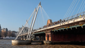 LONDON/UK - 13 FEBRUARI: Mensen die Hungerford-Brug in L kruisen royalty-vrije stock foto