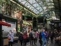 LONDON/UK - 24 FEBRUARI: Mensen die van genieten in Stad Royalty-vrije Stock Afbeeldingen