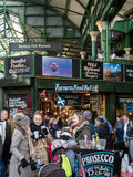 LONDON/UK - 24 FEBRUARI: Mensen die van genieten in Stad Stock Foto's
