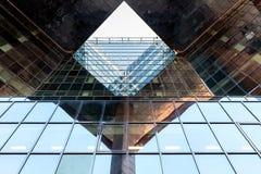 LONDON/UK - FEBRUARI 13: Modern byggnad vid flodThemsen in Fotografering för Bildbyråer