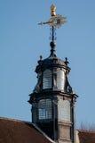 LONDON/UK - FEBRUARI 13: Närbild av en Weathervane på taket Arkivbild
