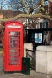 LONDON/UK - FEBRUARI 13: Röd telefonask i Westminster i Lo Royaltyfria Foton