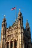 LONDON/UK - FEBRUARI 13: Sikt av de solbelysta husen av Parliamen Arkivfoton