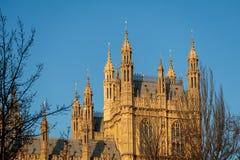 LONDON/UK - FEBRUARI 13: Sikt av de solbelysta husen av Parliamen Royaltyfri Fotografi