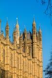 LONDON/UK - FEBRUARI 13: Sikt av de solbelysta husen av Parliamen Arkivfoto