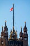 LONDON/UK - FEBRUARI 13: Sikt av de solbelysta husen av Parliamen Royaltyfria Bilder