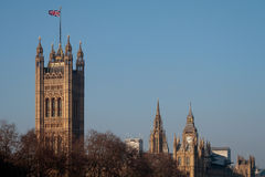LONDON/UK - FEBRUARI 13: Sikt av de solbelysta husen av Parliamen Arkivbild