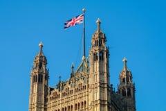 LONDON/UK - FEBRUARI 13: Sikt av de solbelysta husen av Parliamen Royaltyfria Foton