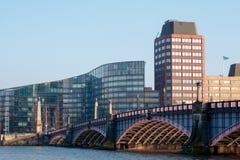 LONDON/UK - FEBRUARI 13: Sikt av den Lambeth bron och Buildinen Royaltyfria Foton