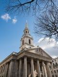 LONDON/UK - 24 FEBRUARI: St Martin-in-de-Gebieden Kerk in Traf Royalty-vrije Stock Afbeeldingen