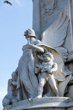 LONDON/UK - FEBRUARI 18: Staty av en ängel med barn på th Royaltyfri Fotografi