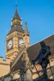 LONDON/UK - FEBRUARI 13: Staty av Oliver Cromwell utanför Arkivbilder