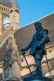 LONDON/UK - FEBRUARI 13: Staty av Oliver Cromwell utanför Fotografering för Bildbyråer