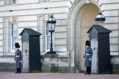LONDON/UK - FEBRUARI 18: Vakter i överrockar på vaktpostarbetsuppgift på royaltyfri foto