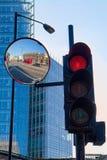 LONDON/UK - FEBRUARYL 13: Röd buss och röd trafikljus i Lond Royaltyfria Bilder
