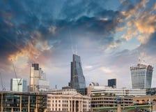 London UK. Härlig solnedgångsikt av modern horisont för stad Arkivfoto