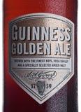 LONDON UK - JANUARI 02, 2018: Buteljera etiketten av Guinness guld- ölöl på vit Guinness öl har producerats efter 1759 i D Arkivfoto