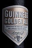LONDON UK - JANUARI 02, 2018: Buteljera etiketten av Guinness guld- ölöl på vit Guinness öl har producerats efter 1759 i D Royaltyfria Foton