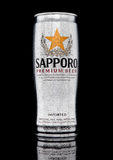 LONDON UK - JANUARI 02, 2017: A-can av Sapporo öl med frost på svart Det japanska bryggeriet grundades i 1876 av tysk traine Arkivfoto