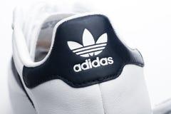 LONDON UK - JANUARI 02, 2018: Etikett för makro för Adidas originalskor på vit Tysk multinationell korporation som planlägger och Arkivbilder