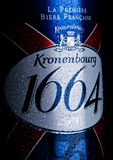 LONDON UK - JANUARI 02, 2018: Kall flaska av Kronenbourg öl 1664 på svart med dagg 5 kalibergevär för 56 kula 5% är blekt lager d Arkivbild