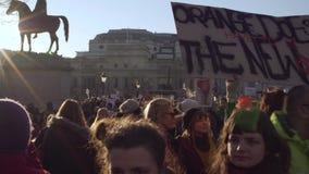 london uk Januari 21, 2017 Kvinnor på marschen på den Trafalgar fyrkanten, protest mot invigningen av Donald Trump stock video