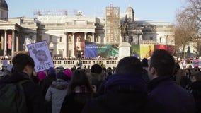 london uk Januari 21, 2017 Kvinnor på marschen på den Trafalgar fyrkanten, protest mot invigningen av Donald Trump lager videofilmer