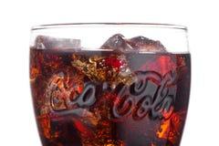 LONDON UK - JANUARI 02, 2018: Original- exponeringsglas av den Coca Cola drinken på vit Drinken produceras och tillverkas av coca Arkivfoton