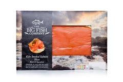 LONDON UK - JANUARI 02, 2018: Packen av den Stor Fiska Företag brännugnen rökte Salmon Slices på vit Arkivbild