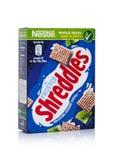 LONDON UK - JANUARI 10, 2018: Packen av Shreddles glaserade helt korn som var ceral för frukost på vit Produkt av Nestle Royaltyfri Bild