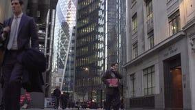london uk Januari 19, 2017 personer går hem efter arbete lager videofilmer