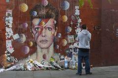 LONDON UK - JANUARI 20TH 2016: Ett stycke av grafitti av David Bowie som Ziggy Stardust i Brixton, London Arkivfoto