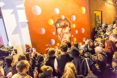 LONDON UK - JANUARI 11TH 2016: Fans som ger sin hyllning till David Bowie efter hans död Arkivfoto