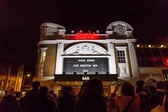 LONDON UK - JANUARI 11TH 2016: Fans som ger sin hyllning till David Bowie efter hans död Arkivfoton