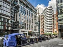 LONDON/UK - 15 JUIN : Bateau rayonné large en bassin Londo de Paddington images stock