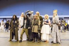 LONDON UK - JULI 06: Cosplayers av filmen Hobbiten som poserar f royaltyfria bilder