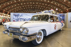 LONDON UK - JULI 06: Ecto 1 kopia för Ghostbusters bil på Lonen Arkivbilder