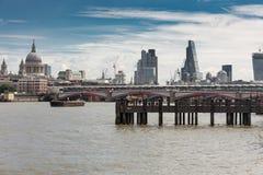 LONDON UK - JULI 09, 2014: Folk på en brygga på Themsen, intelligens Royaltyfri Fotografi