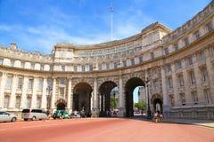 LONDON UK - JULI 15 2013: Sikt av den Amiralitetet bågen mellan gallerian och Trafalgar Square, London Arkivfoto