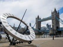 LONDON/UK - JUNI 15: Bro för torn för The Sun visartavla near i den London nollan Arkivfoto
