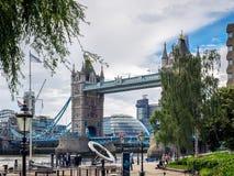 LONDON/UK - JUNI 15: Bro för torn för The Sun visartavla near i den London nollan Royaltyfri Fotografi