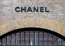 LONDON UK - JUNI 02, 2017: Chanel Covent Garden Pop-Up Store i London Royaltyfria Foton