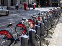 LONDON/UK - JUNI 15: Cyklar för hyra i London på Juni 15, 2016 Fotografering för Bildbyråer