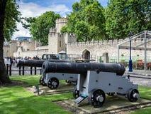 LONDON/UK - JUNI 15: De forntida kanonerna på skärm utanför royaltyfri fotografi
