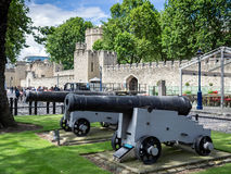 LONDON/UK - 15 JUNI: De Oude Kanonnen op Vertoning buiten royalty-vrije stock fotografie