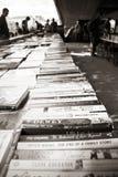 LONDON UK - JUNI 21 2014: Den Southbank mittens marknaden för bok Royaltyfria Foton