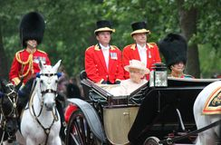 LONDON UK - JUNI 13: Drottningen Elizabeth syns under att gå i skaror färgceremonin, på Juni 13, 2015 i London, England, UK Royaltyfria Bilder