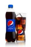 LONDON UK - JUNI 9, 2017: Flaska och exponeringsglas med iskuber av den Pepsi Colaläsken på vit Amerikansk multinationell mat och Arkivfoton