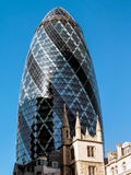 LONDON UK - JUNI 14: Futuristisk byggnad på 30 St Mary Axe in royaltyfria bilder