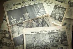 LONDON UK - JUNI 16, 2014 gör till kung hurra hans folk, kungafamiljen på framdel av den engelska tidningen för tappning 13th Maj Arkivfoto